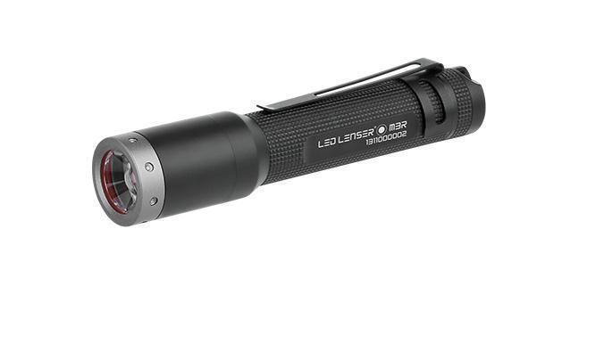 Светодиодный фонарь Led Lenser M3R8303-RМодель фонаря LED LENSER M3R в настоящее время является самым маленьким перезаряжаемым фонариком, обладая высокой световой мощностью и стильным дизайном серии М. Крошка по размеру и весу – вместе сэлементами питания весит всего лишь 45 грамм – даёт удивительно высокую световую мощность свыше 200 люменов. Длительность свечения в зависимости от светового режима составляет от одного дошести часов. Этот фонарик, как и все модели высокоэффективной линейки, оснащен патентованной адаптивной фокусной системой Advanced Focus System и располагает тремя световыми режимами: Power (полная мощность), Low Power (пониженная мощность) и Strobe (стробоскоп). Система Low Battery Message System оповещает о низком уровне заряда аккумулятора. Внешняя зарядная станция (сразъёмом USB и индикатором степени зарядки) входит в комплект поставки. Благодаря своим компактным размерам и удобной эксплуатации, фонарь станет незаменимым помощником на загородном отдыхе и в повседневном быту.