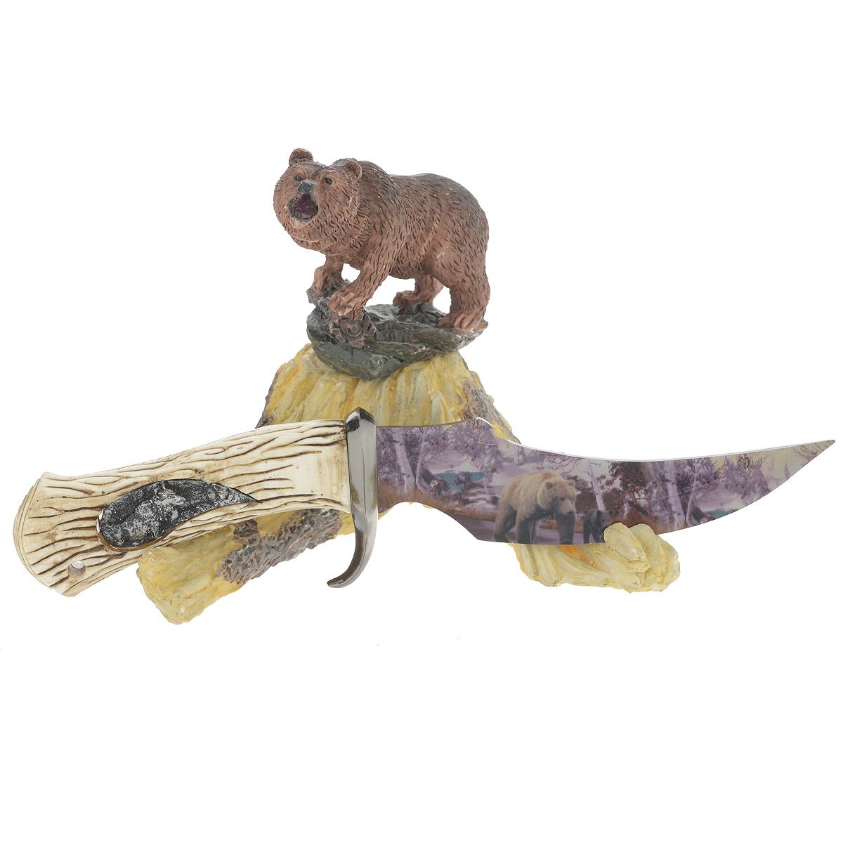 Сувенирное оружие Sima-land Нож, на подставке, длина 24 см. 471496471496Сувенирное оружие Sima-land Нож, выполненное из металла, выглядит очень реалистично. Клинок декорирован переливающимся изображением медведей. Рукоять ножа из полистоуна украшена фигурным изображением волка. Нож располагается на подставке, изготовленной из полистоуна в виде пенька с фигуркой медведя. Клинок не заточен. Сувенирное оружие - это всегда блестящий подарок для мужчины, прекрасный вариант как для партнера по бизнесу, так и для любимого. Если вы заядлый коллекционер, то добавление нового декоративного оружия к своей коллекции будет ярким и приятным моментом в вашей жизни. Длина ножа: 24 см. Длина клинка: 13,5 см. Размер подставки: 16 см х 15 см х 13 см.