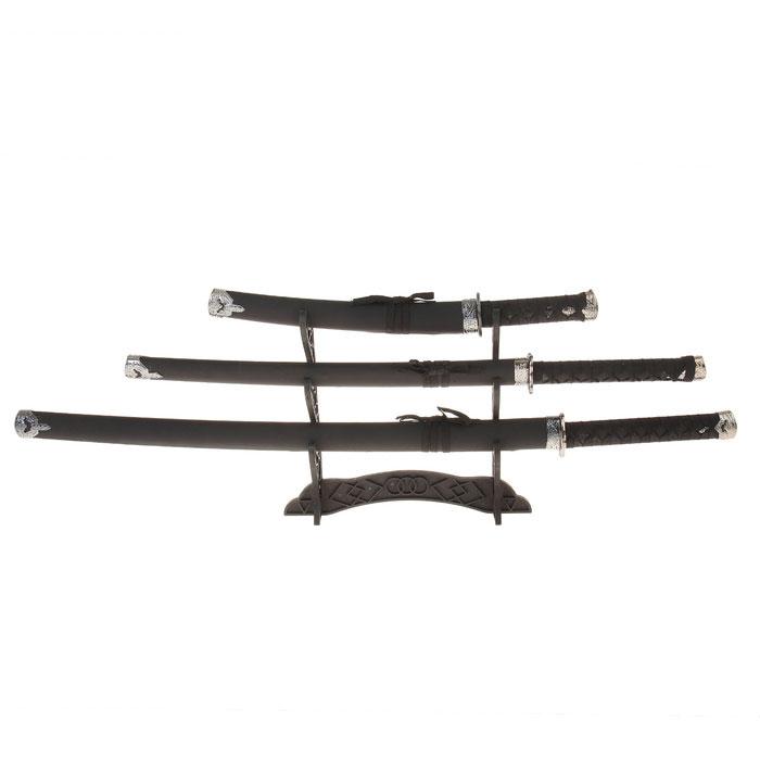 Сувенирное оружие Sima-land Катана, на подставке, цвет: черный, 3 шт. 740295740295Сувенирные мечи-катаны изготовлены из металла и выглядят очень реалистично. Рукоятки выполнены из пластика и декорированы черной лентой. Ножны отделаны черной матовой искусственной кожей. Клинки не заточены. В комплекте деревянная подставка. Мы вам представляем три изящные сабли. Тати - самый длинный из всех меч придворных самураев. Не зря его длина отличается от своих собратьев. Знатные самураи воевали на лошадях, и увеличенная длина - это не просто так, а чтобы доставать до пригнувшихся противников, большая изогнутость - для нанесения рубящих ударов. Короткий меч (вакидзаси) самурай носил всегда с собой для самообороны. Сувенирное оружие - это всегда блестящий подарок для мужчины, прекрасный вариант как для партнера по бизнесу, так и для любимого. Если вы заядлый коллекционер, то добавление нового декоративного оружия к своей коллекции будет ярким и приятным моментом в вашей жизни. Сувенирное оружие - это не просто подарок, но и гарантия...