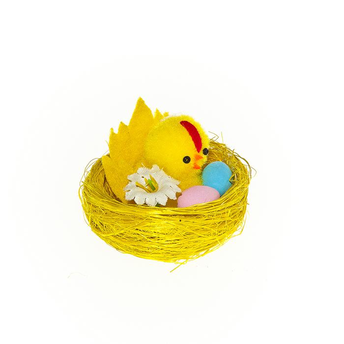 Набор декоративных украшений Home Queen Курица в гнезде, 2 шт64354Набор Home Queen Курица в гнезде состоит из двух декоративных украшений, выполненных в виде композиции из гнезда, курочки и яиц. Изделия изготовлены из полиэстера. Украшения помогут вам украсить дом, а также станут замечательным подарком для ваших близких. Размер украшения: 5 см х 5 см х 4 см.