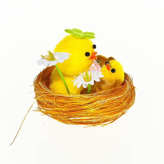 Набор декоративных украшений Home Queen Цыплята в цветах, 2 шт64361Набор Home Queen Цыплята в цветах состоит из двух декоративных украшений, выполненных в виде композиции из гнезда, цыплят и цветов. Изделия изготовлены из полиэстера. Украшения помогут вам украсить дом, а также станут замечательным подарком для ваших близких. Размер украшения: 5,5 см х 5,5 см х 4 см.
