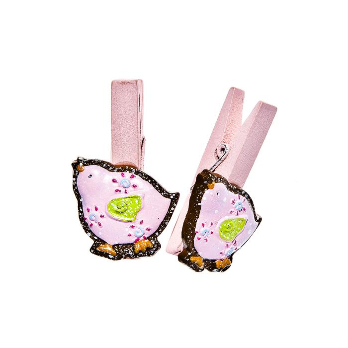 Набор декоративных прищепок Home Queen Наседка, цвет: розовый, 6 шт64480Набор Home Queen Наседка состоит из шести декоративных прищепок. Прищепки выполнены из высококачественного дерева и декорированы фигурками курочек, выполненных из полирезины. Изделия используются для развешивания стикеров на веревке, маленьких игрушек, а оригинальность и веселые цвета прищепок будут радовать глаз и поднимут настроение. Длина прищепки: 4,5 см. Размер фигурки: 2,5 см х 0,5 см х 3 см.