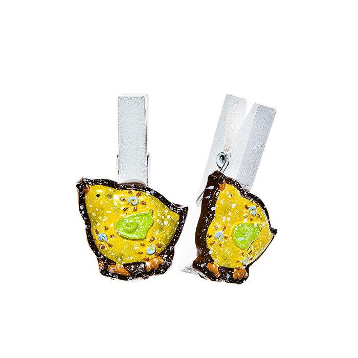Набор декоративных прищепок Home Queen Наседка, цвет: желтый, 6 шт64482Набор Home Queen Наседка состоит из шести декоративных прищепок. Прищепки выполнены из высококачественного дерева и декорированы фигурками курочек, выполненных из полирезины. Изделия используются для развешивания стикеров на веревке, маленьких игрушек, а оригинальность и веселые цвета прищепок будут радовать глаз и поднимут настроение. Длина прищепки: 4,5 см. Размер фигурки: 2,5 см х 0,5 см х 3 см.