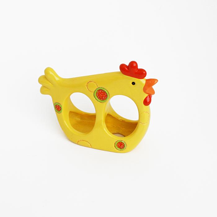 Подставка под яйца Home Queen, цвет: желтый, оранжевый, 2 ячейки57178Подставка Home Queen станет оригинальным украшением праздничного стола на Пасху. Изделие изготовлено из керамики и служит держателем для яиц. Подставка выполнена в виде забавной курочки с двумя ячейками для яиц и декорирована блестками и бисером. Подставка Home Queen может стать красивым пасхальным подарком для друзей или близких. Размер подставки: 5,5 см х 15 см х 13 см. Размер ячейки: 4 см х 6 см.