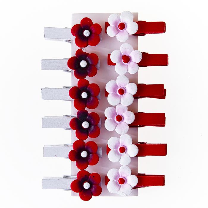 Набор декоративных прищепок Home Queen Цветочек, цвет: красный, белый, 12 шт60831Набор Home Queen Цветочек состоит из 12 декоративных прищепок. Прищепки выполнены из высококачественного дерева и декорированы фигурками цветов, выполненных из полирезины. Изделия используются для развешивания стикеров на веревке, маленьких игрушек, а оригинальность и веселые цвета прищепок будут радовать глаз и поднимут настроение. Длина прищепки: 3,5 см. Диаметр цветка: 1,7 см.