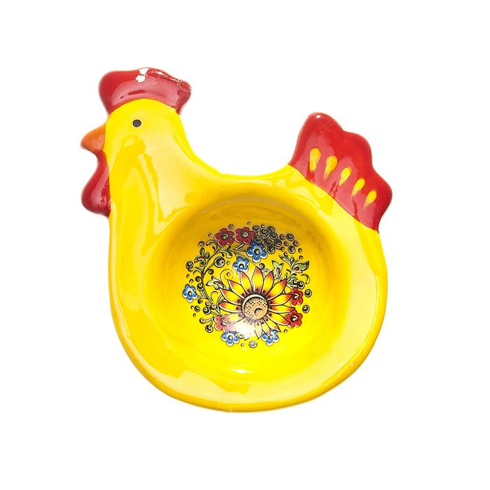 Подставка под яйцо Home Queen Узорная, цвет: желтый, красный64248Подставка Home Queen Узорная станет оригинальным украшением праздничного стола на Пасху. Изделие изготовлено из керамики и служит подставкой для яйца. Подставка выполнена в виде забавной курочки с ячейкой под яйцо. Подставка Home Queen Узорная может стать красивым пасхальным подарком для друзей или близких. Размер подставки: 8 см х 9,5 см х 2,5 см. Диаметр ячейки: 4 см.