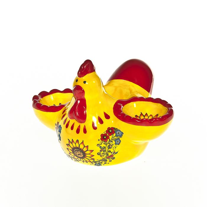 Подставка под яйца Home Queen Курочка с узором, 2 ячейки64265Подставка Home Queen Курочка с узором станет оригинальным украшением праздничного стола на Пасху. Изделие изготовлено из керамики и служит подставкой для яиц. Подставка выполнена в виде забавной курочки с двумя ячейками для яиц и декорирована цветочным узором. Подставка Home Queen Курочка с узором может стать красивым пасхальным подарком для друзей или близких. Диаметр ячейки: 4 см.