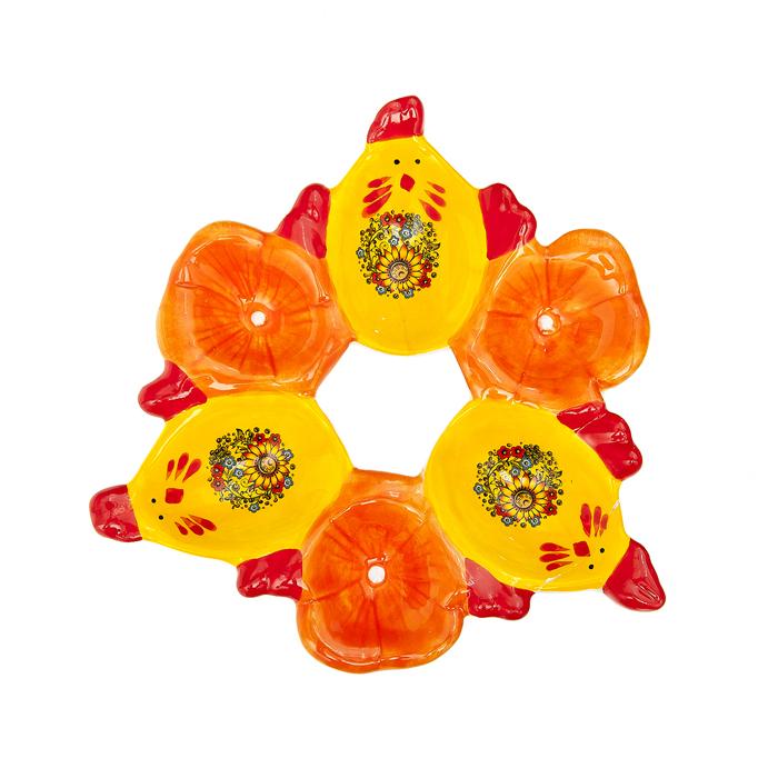 Подставка под яйца Home Queen Русские узоры, цвет: желтый, красный, 6 ячеек64270Подставка Home Queen Русские узоры станет оригинальным украшением праздничного стола на Пасху. Изделие изготовлено из керамики и служит подставкой для яиц. Подставка выполнена в виде 6 ячеек в форме курочек и цветов и декорирована красивым цветочным рисунком. Подставка Home Queen Русские узоры может стать красивым пасхальным подарком для друзей или близких. Размер подставки: 15,5 см х 16,5 см х 2,5 см. Размер ячейки курица: 5 см х 3,5 см. Диаметр ячейки цветок: 3,5 см.