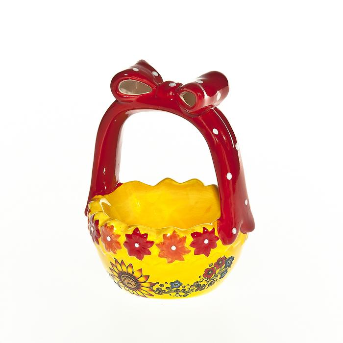 Корзинка под яйцо Home Queen Русские узоры, цвет: желтый, красный64294Корзинка Home Queen Русские узоры станет оригинальным украшением праздничного стола на Пасху. Изделие изготовлено из керамики и служит подставкой для яиц. Подставка выполнена в виде забавной корзиночки с ячейкой под яйцо. Ручка корзинки оформлена декоративным бантиком. Корзинка Home Queen Русские узоры может стать красивым пасхальным подарком для друзей или близких. Размер корзинки: 9 см х 9 см х 12 см. Диаметр ячейки: 7 см.