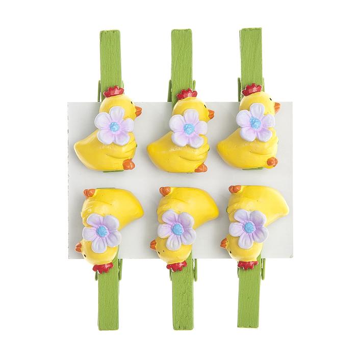 Набор декоративных прищепок Home Queen Птенчик с цветком, 6 шт66750_1Набор Home Queen Птенчик с цветком состоит из шести декоративных прищепок. Прищепки выполнены из высококачественного дерева и декорированы фигурками цыплят, выполненных из полирезины. Изделия используются для развешивания стикеров на веревке, маленьких игрушек, а оригинальность и веселые цвета прищепок будут радовать глаз и поднимут настроение. Длина прищепки: 4,5 см. Размер фигурки: 2,5 см х 1 см х 2 см.
