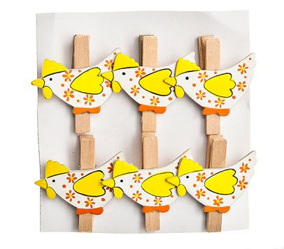 Набор декоративных прищепок Home Queen Веселушки, цвет: желтый, 6 шт66748_2Набор Home Queen Веселушки состоит из шести декоративных прищепок. Прищепки выполнены из высококачественного дерева и декорированы фигурками курочек. Изделия используются для развешивания стикеров на веревке, маленьких игрушек, а оригинальность и веселые цвета прищепок будут радовать глаз и поднимут настроение. Длина прищепки: 4,5 см. Размер фигурки: 4,5 см х 0,5 см х 3 см.