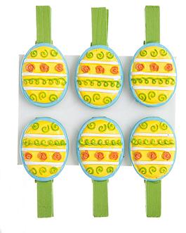 Набор декоративных прищепок Home Queen Весна, цвет: зеленый, желтый, 6 шт66749_2Набор Home Queen Весна состоит из шести декоративных прищепок. Прищепки выполнены из высококачественного дерева и декорированы фигурками яиц, выполненных из полирезины и украшенных рельефом. Изделия используются для развешивания стикеров на веревке, маленьких игрушек, а оригинальность и веселые цвета прищепок будут радовать глаз и поднимут настроение. Длина прищепки: 4,5 см. Размер фигурки: 3 см х 0,5 см х 2,2 см.