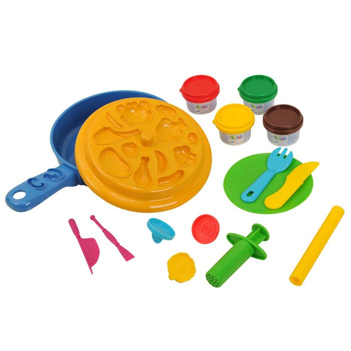 Playgo Набор для лепки Dough Chef Frying PanPlay 8650Набор для лепки Playgo Dough Chef Frying Pan представляет собой сочетание моделирования и игры. Набор включает в себя: 4 баночки массы для лепки по 28 г (красный, желтый. зеленый, коричневый), 2 стека для моделирования, шприц для выдавливания, 3 пресс-формочки, 1 палитру форм, скалку, сковороду, вилку, нож, тарелку. Входящая в набор пластилиновая масса разработана специально для детей, очень мягкая, приятно пахнет, ее не надо разминать перед лепкой. Пластилин быстро высыхает, не имеет запаха, не липнет к рукам и одежде, легко смывается, а так же легко смешивается, что позволяет получать новые цвета. Оба стека, вилка и нож выполнены из пластика и не имеют острых концов, что безопасно для вашего малыша. С помощью стеков он сможет легко и быстро разрезать массу. Фигурный шприц для выдавливания поможет вашему малышу легко создать детали в форме узких палочек. С помощью пресс-формочек, палитры форм и скалки ваш ребенок сможет создать фигурки различных продуктов питания. При...