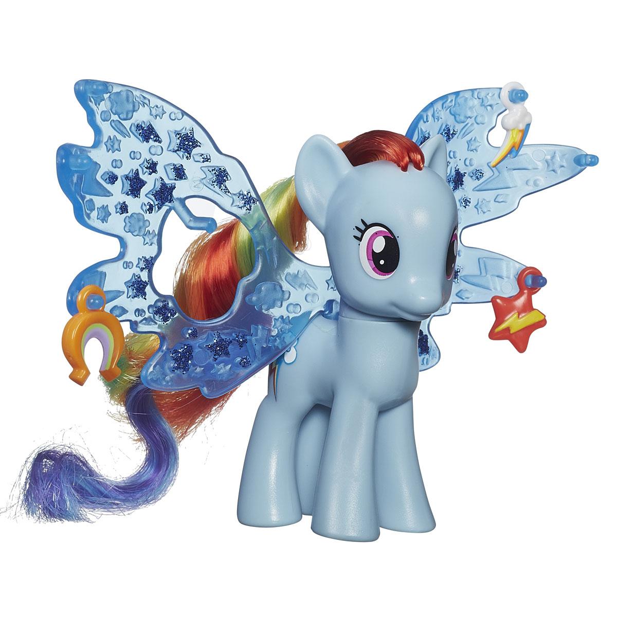 My Little Pony Рейнбоу Дэш с волшебными крыльями ДелюксB0671ES00Фигурка My Little Pony Рейнбоу Дэш с волшебными крыльями Делюкс непременно понравится вашей малышке. Она выполнена из безопасного пластика в виде симпатичной пони с красивыми большими глазами. Девочке непременно понравится заплетать и расчесывать роскошную гриву и хвостик пони. Голова игрушки подвижна. В комплект входят большие блестящие крылья, крепящиеся к спинке пони, которые при необходимости можно снять, а также 3 яркие подвески, которыми можно украсить крылышки. Пони готова играть не только на земле, но и в воздухе! Игры с такой игрушкой поспособствуют развитию у ребенка фантазии и любознательности, помогут овладеть навыками общения, воспитают чувство ответственности и заботы. Благодаря маленькому размеру фигурки ребенок сможет взять ее с собой на прогулку или в гости. Порадуйте свою малышку таким замечательным подарком!