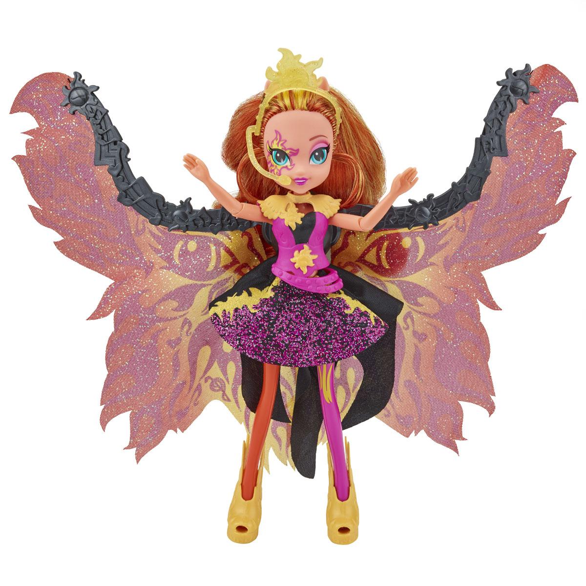 My Little Pony Кукла Time to Shine Сансет ШиммерB1041Куклы пони-девочки из мультфильма Equestria Girl (Девочки из Эквестрии) - это удивительные и очаровательные куклы, которых так давно ждали ценители маленьких пони. В серии Rainbow Rocks все куклы - звезды рок-группы, они очень стильно одеты и шикарно выглядят. Каждая кукла - яркая индивидуальность! Кукла My Little Pony Equestria Girls Time to Shine: Сансет Шиммер в точности повторяет внешний вид героини из мультфильма. Кукла выполнена в виде девочки-пони Сансет Шиммер. Ее эффектный образ создан специально для выступления на рок-концерте. Девочке непременно понравится расчесывать и заплетать ее длинные рыжие волосы. Сансет одета в стильное платье, украшенное блестками, а на ногах у нее - желтые туфельки. Завершают образ рок-звезды роскошные сверкающие крылья у нее за спиной, украшенные огненным узором. Сведите ножки куклы - и крылья сложатся, отпустите - и они снова распахнутся. Голова, ручки и ножки куколки подвижны, благодаря чему ей можно придавать различные...