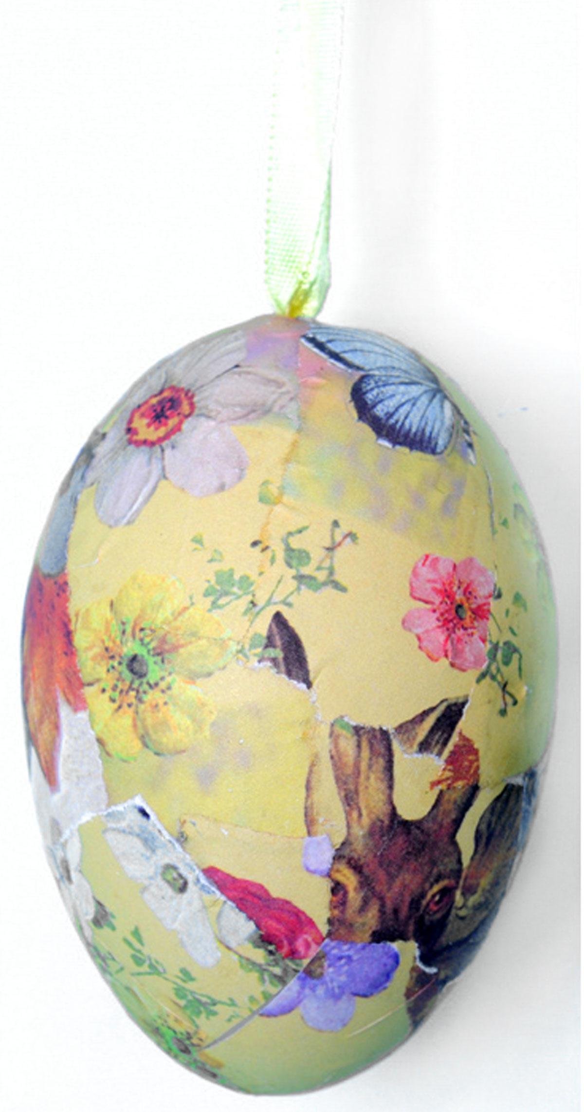 Декоративное подвесное украшение Home Queen Винтаж60785Подвесное украшение Home Queen Винтаж, выполненное в форме яйца, изготовлено из пластика и бумаги и декорировано рисунком в стиле винтаж. Изделие оснащено текстильной петелькой для подвешивания. Такое украшение прекрасно оформит интерьер дома или станет замечательным подарком для друзей и близких на Пасху. Размер яйца: 5,5 см х 5,5 см х 8 см.
