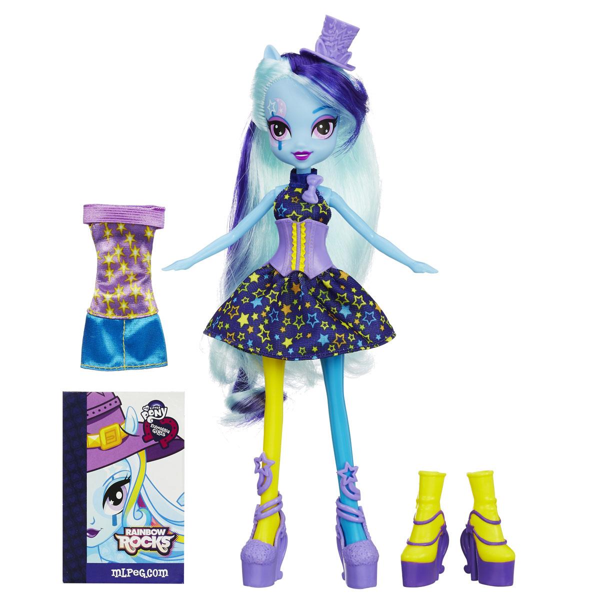 My Little Pony Кукла Модница ТриксиA9892_A8841_SolidКуклы пони-девочки из мультфильма Equestria Girl (Девочки из Эквестрии) - это удивительные и очаровательные куклы, которых так давно ждали ценители маленьких пони. В серии Rainbow Rocks все куклы - звезды рок-группы, они очень стильно одеты и шикарно выглядят. Каждая кукла - яркая индивидуальность! Кукла My Little Pony Equestria Girls Модница Трикси в точности повторяет внешний вид героини из мультфильма. Кукла выполнена в виде девочки-пони Трикси. Ее эффектный образ создан специально для выступления на рок-концерте. Девочке непременно понравится расчесывать и заплетать ее длинные голубые волосы. Куколка одета в синее платье с корсетом, украшенное звездным принтом, на ногах у нее - фиолетовые туфельки. Стильный образ дополняет фиолетовая шляпка-цилиндр. В комплект также входит дополнительный наряд для куколки - короткое платье и желто-фиолетовые полусапожки. Голова, ручки и ножки куколки подвижны, благодаря чему ей можно придавать различные позы. Игры...