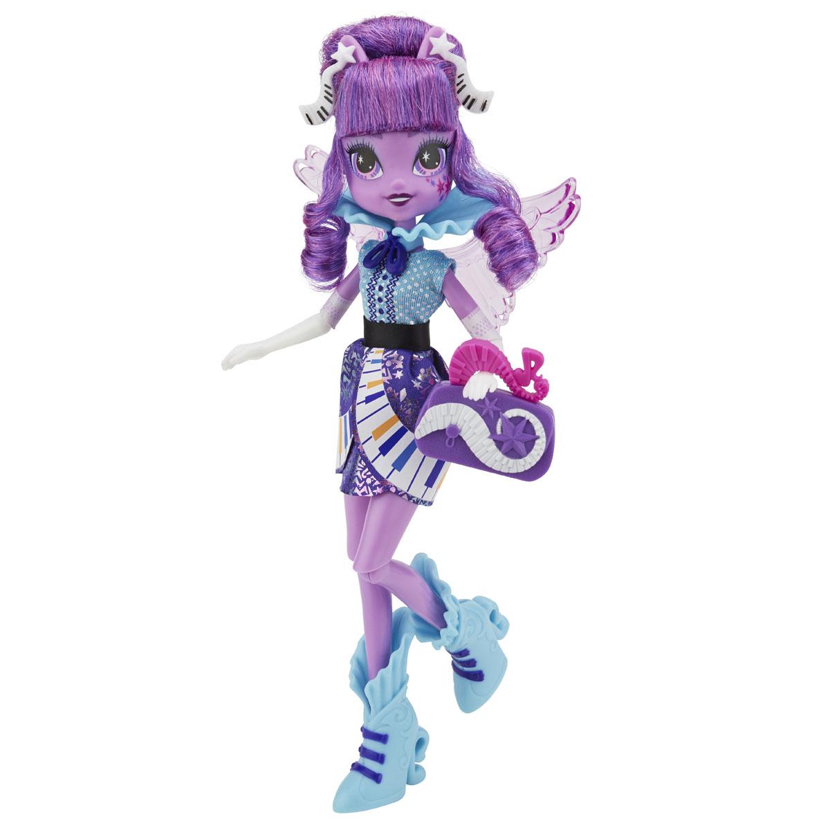 My Little Pony Кукла Rockin Hairstyle Твайлайт СпарклB1036EU40_B1037Куклы пони-девочки из мультфильма Equestria Girl (Девочки из Эквестрии) - это удивительные и очаровательные куклы, которых так давно ждали ценители маленьких пони. В серии Rainbow Rocks все куклы - звезды рок-группы, они очень стильно одеты и шикарно выглядят. Каждая кукла - яркая индивидуальность! Кукла My Little Pony Rockin Hairstyle: Твайлайт Спаркл в точности повторяет внешний вид героини из мультфильма. Кукла выполнена в виде девочки-пони Твайлайт Спаркл. Ее эффектный образ создан специально для выступления на рок-концерте. Фиолетовые волосы куклы уложены в стильную прическу. Куколка одета в синее платье, украшенное блестящими узорами, на ногах у нее - голубые полусапожки. Завершают образ рок-звезды прозрачные крылышки за спиной и оригинальная сумочка. В комплект также входит заколка с прядкой разноцветных волос, которую девочка сможет носить сама, или использовать для украшения куклы. Ручки и ножки куколки подвижны и сгибаются в локтях и коленях,...