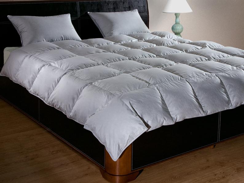Одеяло Primavelle Argelia Light, наполнитель: гусиный пух, цвет: серый, 200 см х 220 см1220480202-LОдеяло Primavelle Argelia Light - стильная и комфортная постельная принадлежность, которая подарит уют и позволит окунуться в здоровый и спокойный сон. Чехол одеяла выполнен из нежнейшего батиста серого цвета с металлическим блеском. По краю чехол отделан кантом и оформлен крупной квадратной стежкой. Внутри - наполнитель из отборного серого пуха сибирского гуся категории Экстра. Пух прошел специальную обработку многофункциональным гигиеническим и противоаллергенным средством Antigard. Кассетное распределение пуха в чехле позволяет одеялу принимать форму вашего тела, делая сон более комфортным. Одеяло упаковано в текстильную стеганую сумку с вышитым логотипом фирмы Primavelle. Одеяло просто в уходе, подходит для машинной стирки, быстро сохнет, отличается износостойкостью и практичностью. Материал чехла: батист (100% хлопок). Наполнитель: гусиный пух Экстра (95% пух, 5% перо). Размер: 200 см х 220 см.