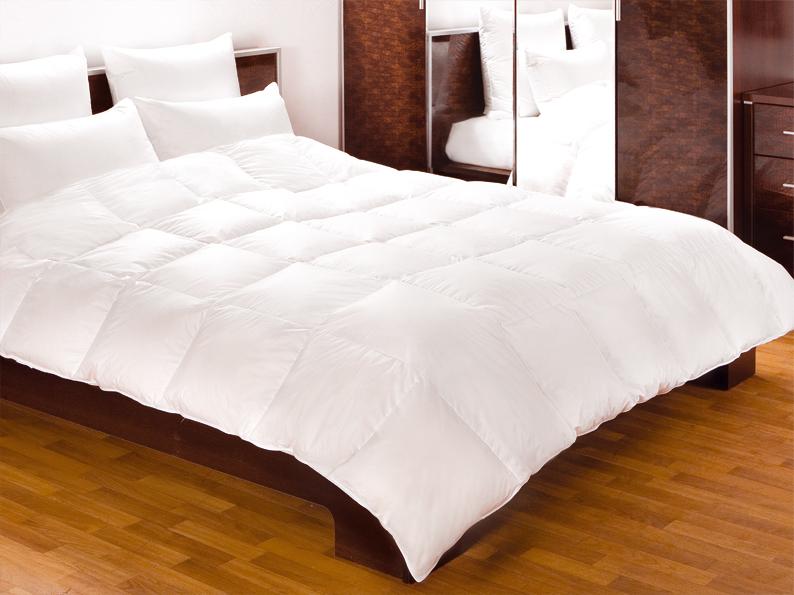 Одеяло Primavelle Felicia, наполнитель: гусиный пух, цвет: белый, 140 см х 205 см122195102-ChОдеяло Primavelle Felicia - стильная и комфортная постельная принадлежность, которая подарит уют и позволит окунуться в здоровый и спокойный сон. Чехол одеяла выполнен из пуходержащего батиста белого цвета с благородным глянцем и оформлен крупной квадратной стежкой. Двойная окантовка белоснежного чехла позволяет удерживать наполнитель внутри и сохраняет одеяло мягким и объемным долгое время. Внутри - наполнитель из отборного серого пуха сибирского гуся категории Экстра, собранного вручную с живой птицы в период ее естественной линьки. Пух проходит специальную обработку многофункциональным гигиеническим и противоаллергенным средством Antigard. Кассетное распределение пуха в чехле позволяет одеялу принимать форму вашего тела, делая сон более комфортным и заключая вас в теплый кокон. Одеяло просто в уходе, подходит для машинной стирки, быстро сохнет. Упаковано в текстильную стеганую сумку с вышитым логотипом фирмы Primavelle. Материал...
