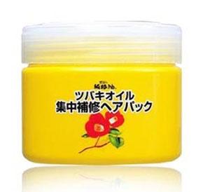 Kurobara Концентрированная маска Tsubaki Oil Чистое масло камелии для восстановления поврежденных волос с маслом камелии 300 гр.972997Маска рекомендуется для тонких, сухих, ломких волос, а также волос, повреждённых окрашиванием и химической завивкой. За счёт входящего в состав масла семян камелии маска смягчает и питает волосы, компенсирует потерю естественной влаги, сглаживает поверхность волос, повышает прочность и эластичность, возвращает здоровый блеск тусклым безжизненным волосам. Благодаря удивительному свойству проникать в структуру волосяного стержня, масло восстанавливает повреждённые участки кутикулы волоса, усиливает защиту хрупких и ломких волос, препятствует появлению секущихся кончиков, повышает прочность и эластичность. Применение маски в комплексе с шампунем способствует интенсивному экспресс -восстановлению повреждённых волос за счёт глубокого моментального проникновения активных компонентов маски в структуру волоса. Усиливает защиту волос после окрашивания и химической завивки.