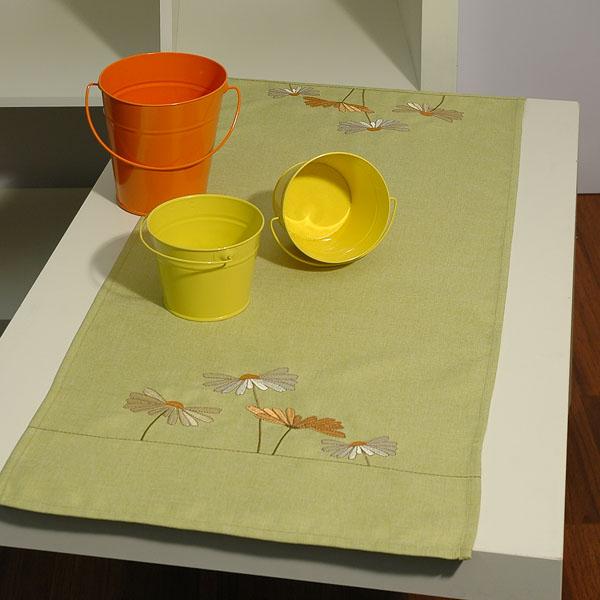 Дорожка для декорирования стола Schaefer, прямоугольная, цвет: салатовый, 40 x 100 см 07144-20207144-202Дорожка Schaefer выполнена из высококачественного полиэстера и украшена вышитым цветочным орнаментом. Вы можете использовать дорожку для декорирования стола, комода или журнального столика. Благодаря такой дорожке вы защитите поверхность мебели от воды, пятен и механических воздействий, а также создадите атмосферу уюта и домашнего тепла в интерьере вашей квартиры. Изделия из искусственных волокон легко стирать: они не мнутся, не садятся и быстро сохнут, они более долговечны, чем изделия из натуральных волокон. Изысканный текстиль от немецкой компании Schaefer - это красота, стиль и уют в вашем доме. Дорожка органично впишется в интерьер любого помещения, а оригинальный дизайн удовлетворит даже самый изысканный вкус. Дарите себе и близким красоту каждый день!