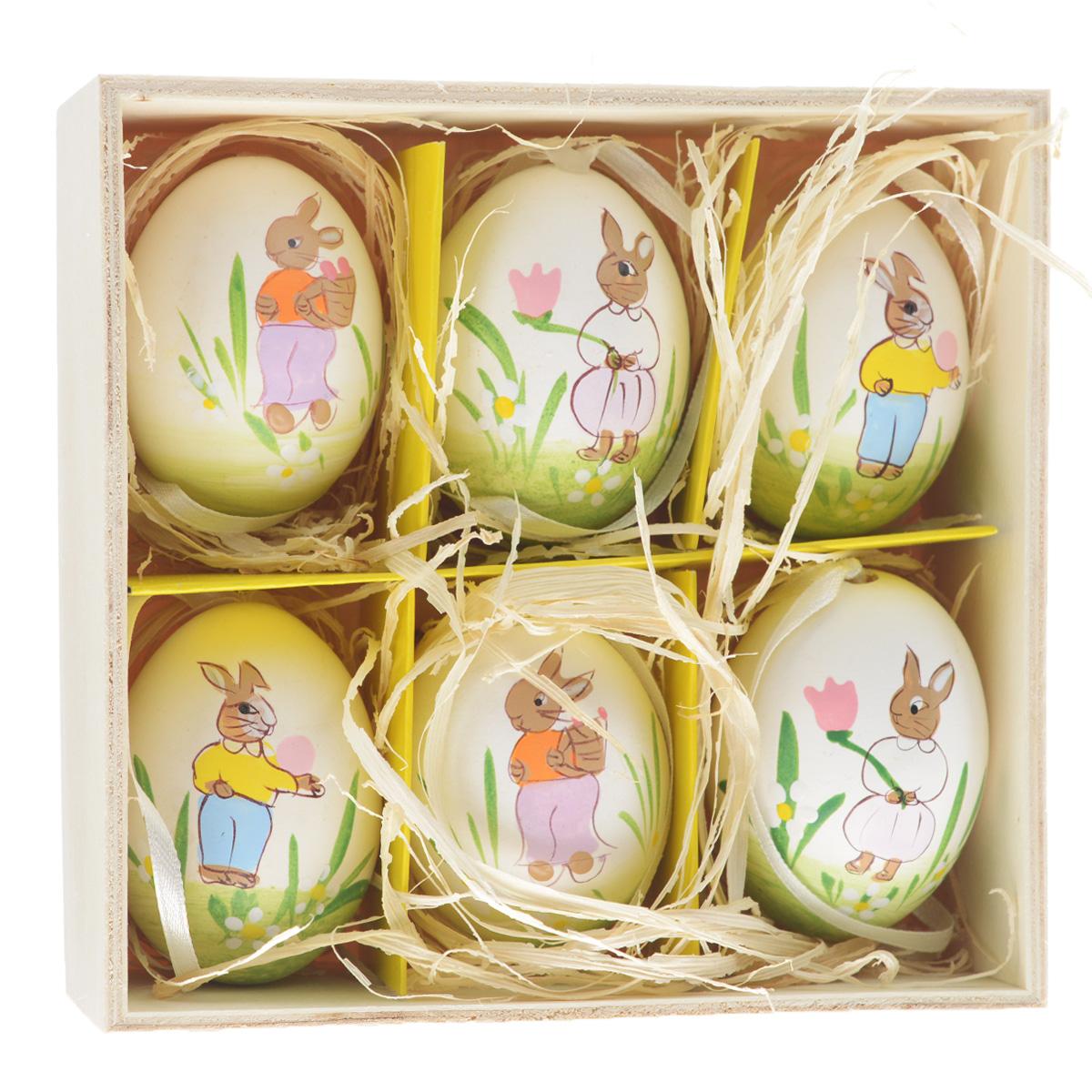 Декоративные подвесные пасхальные яйца Феникс-презент, 6 шт. 3690136901Декоративные подвесные пасхальные яйца Феникс-презент отлично подойдут для декорации вашего дома к Пасхе. Изделия выполнены из натуральной скорлупы куриного яйца и декорированы изображением кроликов и цветов. Украшения оснащены специальными текстильными петельками для подвешивания. В комплекте - 6 пасхальных яиц, которые располагаются в деревянном ящике с подложкой из лыко. Яйцо - это главный символ Пасхи, который означает для христиан новую жизнь и возрождение. Создайте в своем доме атмосферу праздника, украшая его декоративными пасхальными яйцами. Материал: скорлупа куриного яйца, текстиль, лыко. Размер яйца: 4 см х 4 см х 5,5 см.