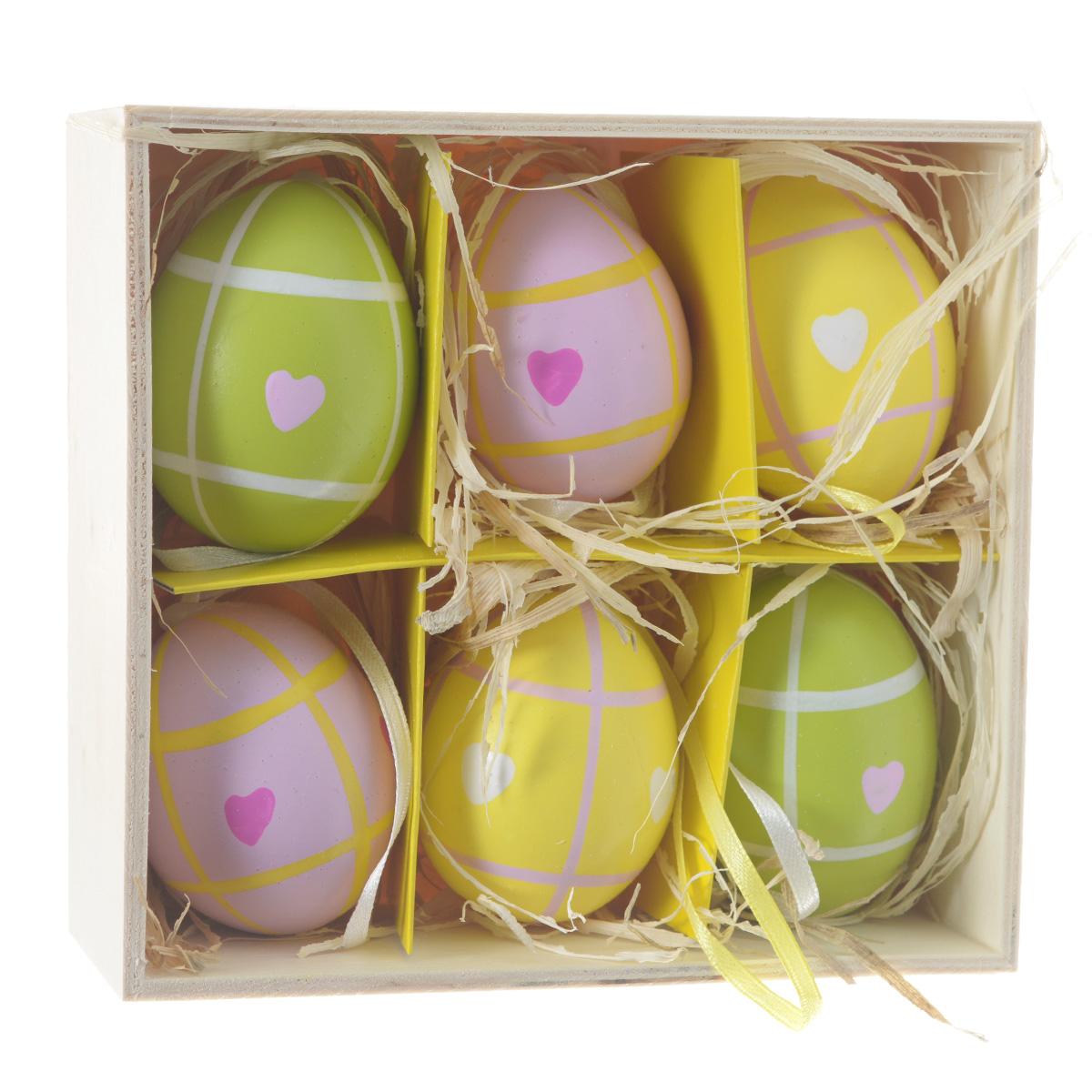 Декоративные подвесные пасхальные яйца Феникс-презент, 6 шт. 3690336903Декоративные подвесные пасхальные яйца Феникс-презент отлично подойдут для декорации вашего дома к Пасхе. Изделия выполнены из натуральной скорлупы куриного яйца и декорированы изображением сердец. Украшения оснащены специальными текстильными петельками для подвешивания. В комплекте - 6 пасхальных яиц, которые располагаются в деревянном ящике с подложкой из лыко. Яйцо - это главный символ Пасхи, который означает для христиан новую жизнь и возрождение. Создайте в своем доме атмосферу праздника, украшая его декоративными пасхальными яйцами. Материал: скорлупа куриного яйца, текстиль, лыко. Размер яйца: 4 см х 4 см х 5,5 см.