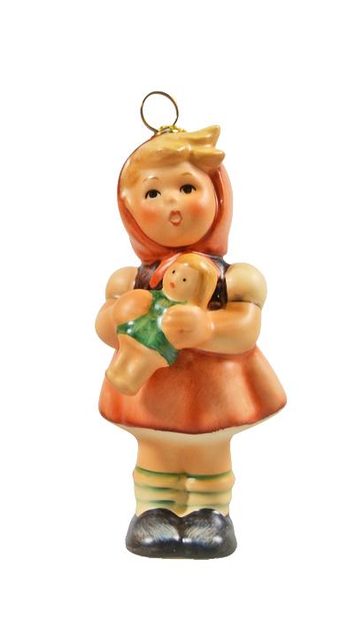 Коллекционная статуэтка, елочная игрушка Hummel Девочка с куклой. Фарфор, ручная роспись. Германия, Goebel, 1997 годПБ ДПА 16082016-3Милые детские фигурки Hummel никого не оставляют равнодушными! Оригинальные коллекционные статуэтки-елочные игрушки из детской серии станут особенным подарком к Новому Году и Рождеству и обязательно порадуют Ваших друзей и близких! Коллекционная статуэтка, елочная игрушка Hummel Девочка с куклой. Фарфор, ручная роспись. Германия, Goebel, 1997 год. Высота 8 см. Сохранность коллекционная. Имеется специальная золотая веревочка для подвески. Клеймо Goebel 1997. Фигурка хранится в оригинальной новогодней подарочной коробочке. Размер коробки 11,5 х 7,5 х 4 см.