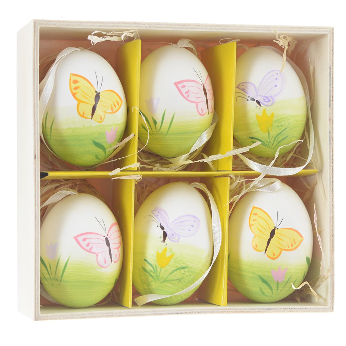 Декоративные подвесные пасхальные яйца Феникс-презент, 6 шт. 3690436904Декоративные подвесные пасхальные яйца Феникс-презент отлично подойдут для декорации вашего дома к Пасхе. Изделия выполнены из натуральной скорлупы куриного яйца и декорированы изображением бабочек и цветов. Украшения оснащены специальными текстильными петельками для подвешивания. В комплекте - 6 пасхальных яиц, которые располагаются в деревянном ящике с подложкой из лыка. Яйцо - это главный символ Пасхи, который означает для христиан новую жизнь и возрождение. Создайте в своем доме атмосферу праздника, украшая его декоративными пасхальными яйцами. Материал: скорлупа куриного яйца, текстиль, лыко. Размер яйца: 4 см х 4 см х 5,5 см.