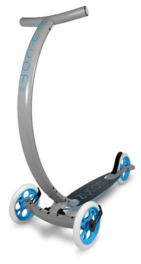 Самокат Zycom C500 Coast, цвет: серый, голубой204-147Самокат Zycom C500 Coast обладает очень необычным дизайном. Конструкция выполнена из алюминия, за счет чего самокат имеет небольшой вес. Отличительной особенностью является то, что для поворота необходимо наклонить руль в соответствующую сторону. Высота руля регулируется. Специальная гидравлическая система позволяет перейти в легкий режим езды. Самокат оснащен 3 большими полиуретановыми колесами. Дека имеет нескользящее покрытие. Заднее колесо оснащено тормозом.
