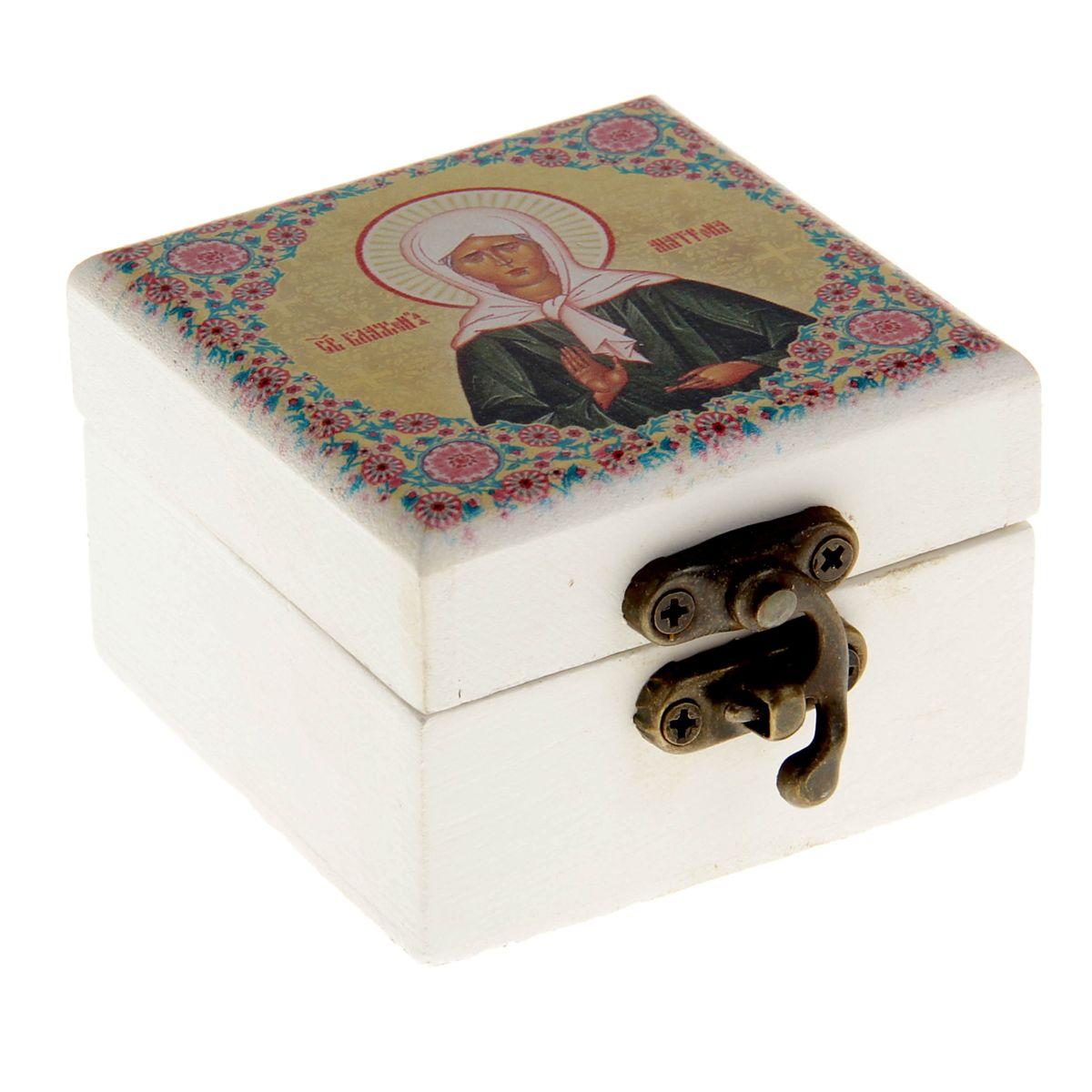 Шкатулка Святая Матрона Московская, 6,5 х 6,5 х 4,5 см838159Шкатулка Святая Матрона Московская, с зеркалом внутри, выполнена из благородного дерева, закрывается металлическим замочком. На крышку нанесено яркое полноцветное изображение Святой Матроны Московской, которое выглядит очень красиво. Святая мати Матрона не имела зрения телесного, но обладала зрением духовным, была избранной Господом и наделенная многими благими дарами. Всю жизнь она служила людям, помогала, исцеляла, утверждала на путь истинный. Была неисчерпаемым источником утешения для многих страждущих. Перед своей кончиной она сказала: «Все, все приходите ко мне рассказывайте, как живой, о своих скорбях, я буду вас видеть, и слышать, и помогать вам». Такая шкатулка будет достойным вместилищем для милых сердцу мелочей, каких-то святынь, которые есть у каждого. Станет прекрасным подарком с духовной составляющей для любого не только верующего человека.