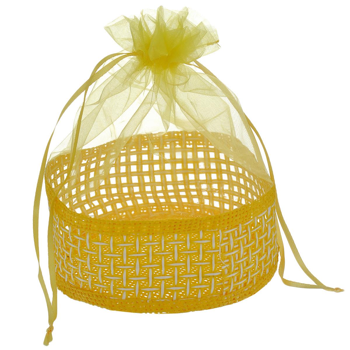 Корзинка Home Queen Подарок, цвет: желтый, 13 см х 20 см66826_6Декоративная корзинка Home Queen Подарок прекрасно подойдет в качестве подарочной упаковки, в ней также удобно хранить различных бытовые и косметические принадлежности. Изделие имеет жесткое основание в виде плетеной корзинки, верх выполнен из полупрозрачного полиэстера. Корзинка закрывается на кулиску.