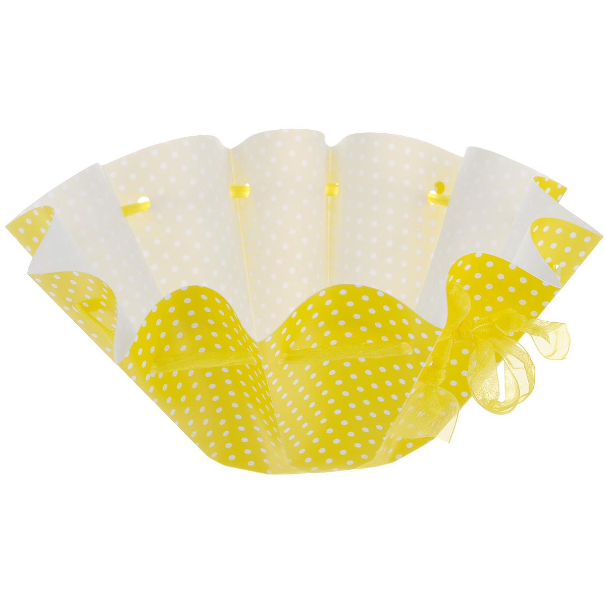 Корзинка Home Queen Яркость, цвет: желтый в горошек, диаметр 25 см68248_1Корзинка Home Queen Яркость с ярким принтом предназначена для украшения интерьера и сервировки стола. Изделие выполнено из полипропилена и оформлено ленточками, с помощью которых можно регулировать диаметр и высоту стенок корзинки. Такая оригинальная корзинка станет ярким украшением стола. Идеальный вариант для хранения и подачи на стол пасхальных яиц, куличей, хлеба.