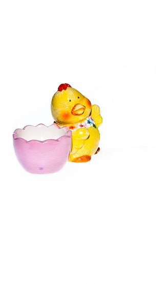 Подставка под яйцо Home Queen Цыпленок с цветочками, цвет: розовый. 64256_2, справа64256_2Подставка Home Queen Цыпленок с цветочками станет оригинальным украшением праздничного стола на Пасху. Изделие изготовлено из высококачественной керамики. Подставка выполнена в виде забавного цыпленка с ячейкой под яйцо. Такая подставка станет красивым пасхальным подарком для друзей или близких. Размер подставки: 9 см х 5,5 см х 7,5 см.