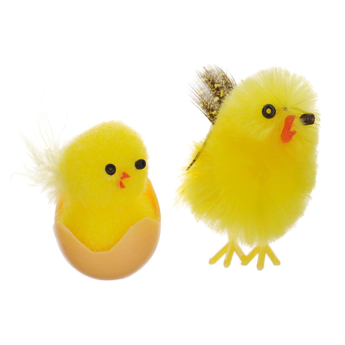 Набор декоративных украшений Home Queen Курочка и цыпленок, 2 шт68266Набор Home Queen Курочка и цыпленок состоит из двух декоративных украшений, выполненных в виде милых птичек. Украшение изготовлено из полиэстера и пластика. Такой набор украшений прекрасно оформит интерьер дома или станет замечательным подарком для друзей и близких на Пасху. Размер курочки: 2,5 см х 3,5 см х 4 см. Размер цыпленка: 2 см х 2 см х 3,5 см.