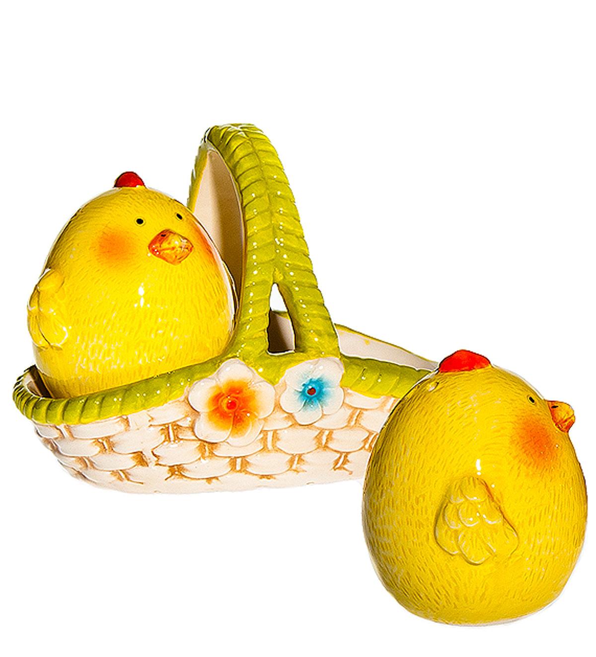 Набор для специй Home Queen Цыплята близнецы, с подставкой, цвет: желтый, зеленый, 3 предмета64306_1Набор для специй Home Queen Цыплята близнецы, изготовленный из высококачественной керамики, состоит из солонки и перечницы, размещенных на подставке. Изделия выполнены в форме двух забавных цыплят. Солонка и перечница легки в использовании: стоит только перевернуть емкости, и вы с легкостью сможете поперчить или добавить соль по вкусу в любое блюдо. Набор для специй Home Queen Цыплята близнецы будет прекрасным украшением вашего стола на Пасху, а также приятным подарком родным и близким. Размер солонки, перечницы: 5 см х 5,5 см х 5,5 см. Размер подставки: 11 см х 7 см х 8,5 см.