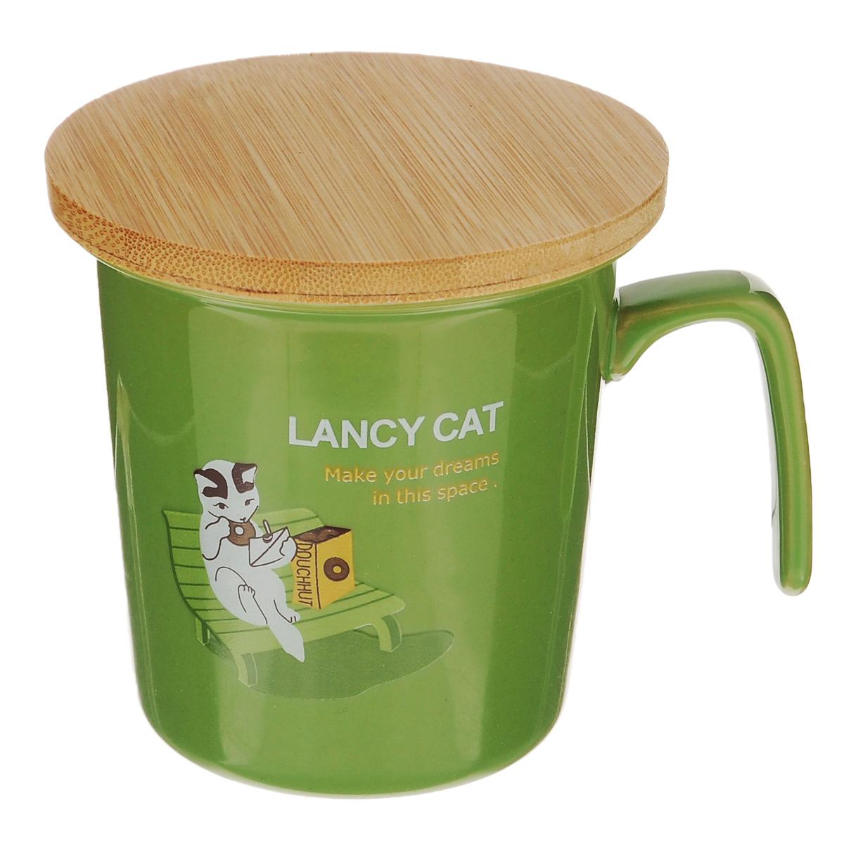 Кружка Lillo Lancy Cat, с бамбуковой крышкой, цвет: зеленый, 220 мл215015Кружка Lillo Lancy Cat выполнена из высококачественной керамики и украшена изображением кошки. Кружка имеет удобную оригинальную ручку. В комплект входит бамбуковая крышка, которую можно использовать также в качестве подставки. Кружка Lillo Lancy Cat порадует вас ярким дизайном и функциональностью, а пить чай или кофе из нее станет еще приятнее. Подходит для мытья в посудомоечной машине, а также для использования в микроволновых и конвекционных печах. Объем: 220 мл. Диаметр кружки по верхнему краю: 8,5 см. Высота кружки: 8,5 см. Диаметр крышки: 9 см.