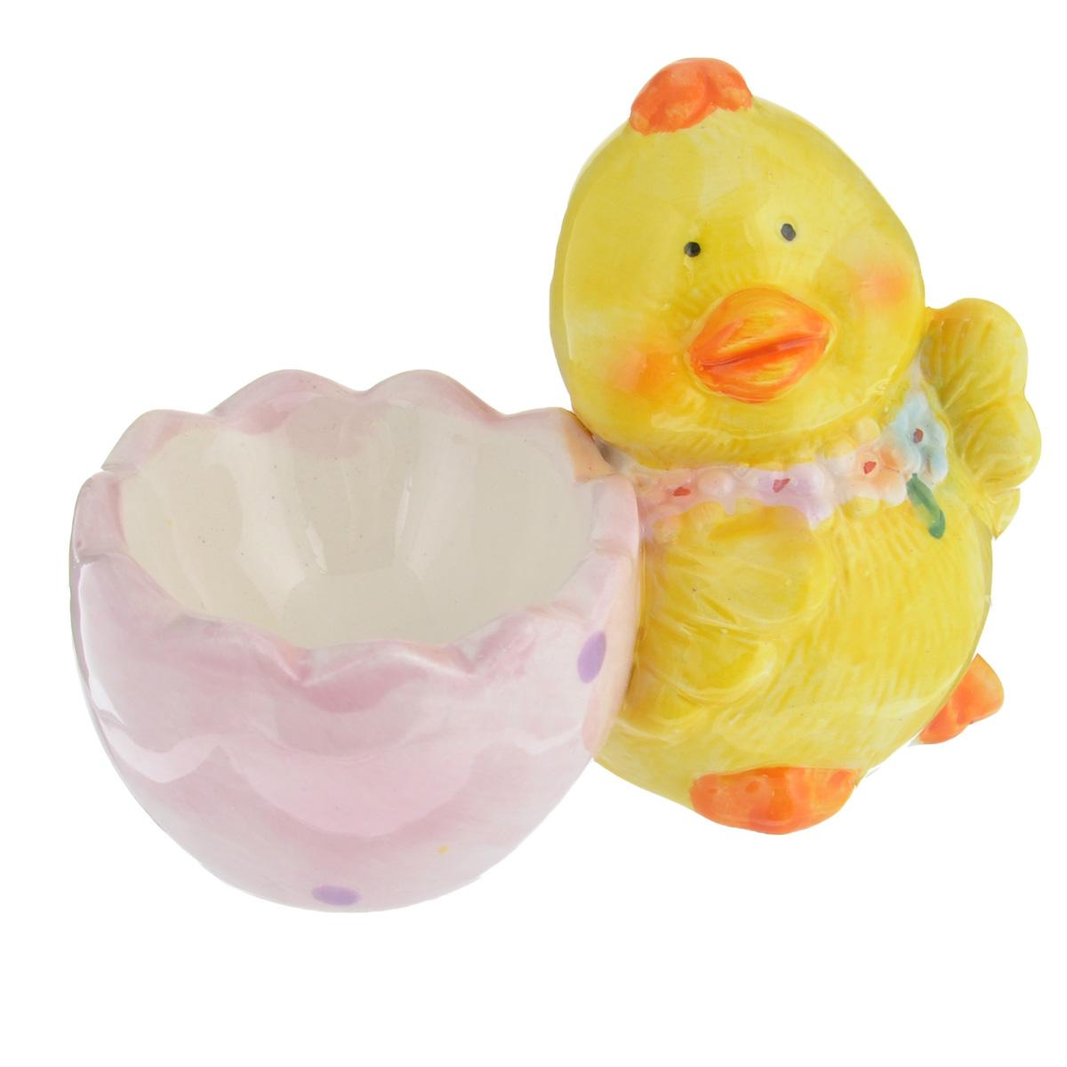 Подставка под яйцо Home Queen Цыпленок с цветочками, цвет: желтый, розовый, слева64256_1Подставка под 1 яйцо Home Queen Цыпленок с цветочками выполнена из высококачественной керамики, покрытой слоем глазури. Изделие представляет собой фигурку забавного цыпленка с подставкой для одного яйца. Идеальный вариант для пасхального декора интерьера. Такая подставка красиво оформит праздничный стол и создаст особое настроение. Диаметр выемки для яйца: 5 см.