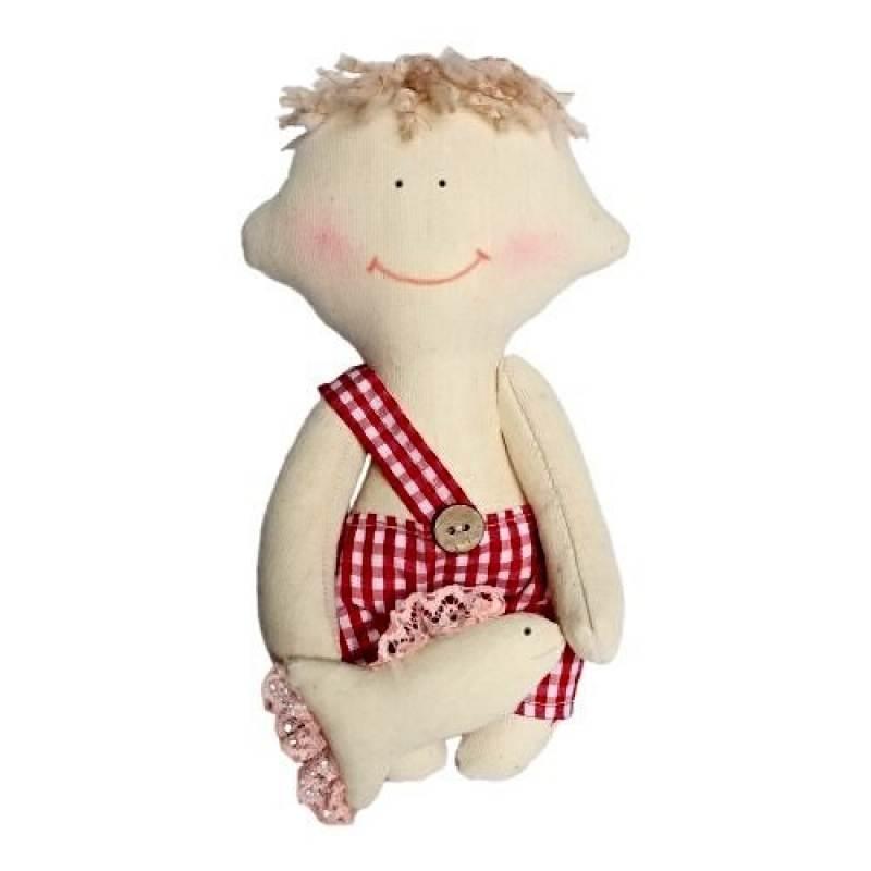 Подарочный набор для изготовления текстильной игрушки Димка, 22 смAM200014В наборе для изготовления текстильной игрушки Димка есть все необходимое для создания куклы в стиле Tilda: ткань для тела игрушки (100% хлопок), ткань для одежды (100% хлопок), декоративные элементы, пуговицы, нитки для волос, ленточки, кружево, украшения, суперпух и инструмент для набивки игрушки, выкройка, инструкция на русском языке. Вам потребуется: нитки, иголка. По желанию, вы можете использовать акриловые краски для прорисовки лица игрушки, кофе растворимый, клей ПВА (для тонирования игрушки). Необычайной красоты мягкая игрушка в виде забавной текстильной куклы-мальчика в клетчатых шортах, сделанная своими руками, привлечет к себе внимание и будет потрясающе смотреться в интерьере вашего помещения, особенно в интерьере детской комнаты. Текстильные куклы популярны во всем мире - их коллекционируют, украшают ими дом. Интерьерная кукла или просто забавная примитивная игрушка ручной работы может стать украшением дома и оригинальным подарком, который несет в...