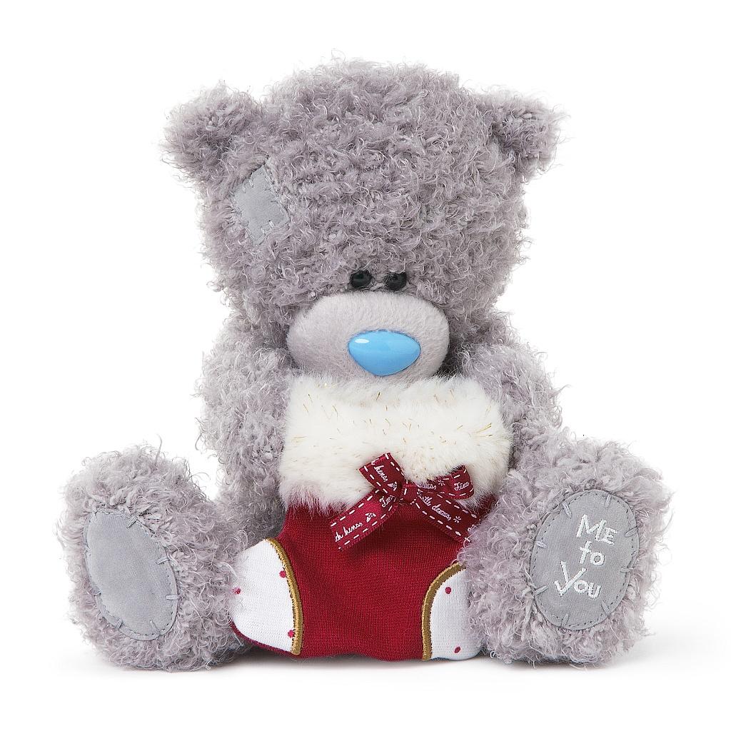 Me to You Мягкая игрушка Мишка Тедди, 18 см. G01W3302G01W3302Очаровательная игрушка Me to You Мишка Тедди выполнена в виде трогательного медвежонка. Забавная игрушка сделана из приятного и очень мягкого плюша, безвредного для малыша, а специальные гранулы, используемые при ее набивке, способствуют развитию мелкой моторики рук малыша. Глазки и носик выполнены из пластика. В лапках медвежонок держит носок для подарков, украшенный милым бантиком и мехом. Удивительно мягкая игрушка принесет радость и подарит своему обладателю мгновения нежных объятий и приятных воспоминаний. Долгая история Мишки Тедди создала целый культ в истории, про него снимали мультфильмы и фильмы, сочиняли сказки и песни, он был любимцем детей и взрослых множество лет и является им сейчас. Нет лучшего подарка для ребенка или для девушки, чем Мишка Тедди от Me To You. Он способен выразить Вашу любовь, заботу или дружбу. Он подарит огромное количество любви и ласки своему владельцу, как это делали миллионы других медведей Тедди, до него. Это...