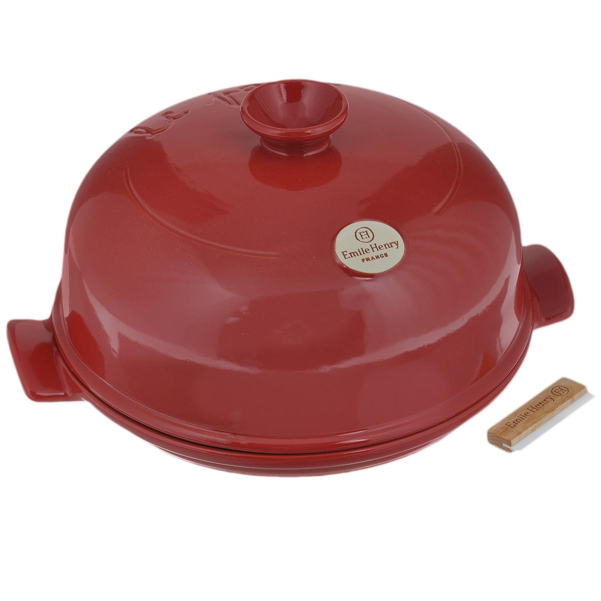Набор для выпечки хлеба Emile Henry, цвет: гранат, 3 предмета349108Набор для выпечки хлеба Emile Henry состоит из круглой формы с крышкой и поварской лопатки. Форма и крышка выполнены из высококачественной жаропрочной глазурованной керамики, которая выдерживает нагревание до 500°C. Это полностью натуральный материал (без примеси металлов), идеально подходящий для медленного и равномерного приготовления пищи. Керамика гарантирует правильный здоровый подход к кулинарии: любые блюда получаются ароматными и сохраняют все полезные вещества, не подвергаясь перепадам температур в процессе приготовления. Благодаря медленному распределению тепла, вкусы и запахи продуктов концентрируются и становятся более насыщенными. Керамическая посуда обладает свойством долго сохранять тепло после того, как блюдо было снято с огня, и легко удерживать холод после того, как блюдо достали из холодильника. Куполообразная крышка является аналогом свода печи и позволяет поддерживать постоянную влажность в процессе приготовления, поэтому хлеб всегда...