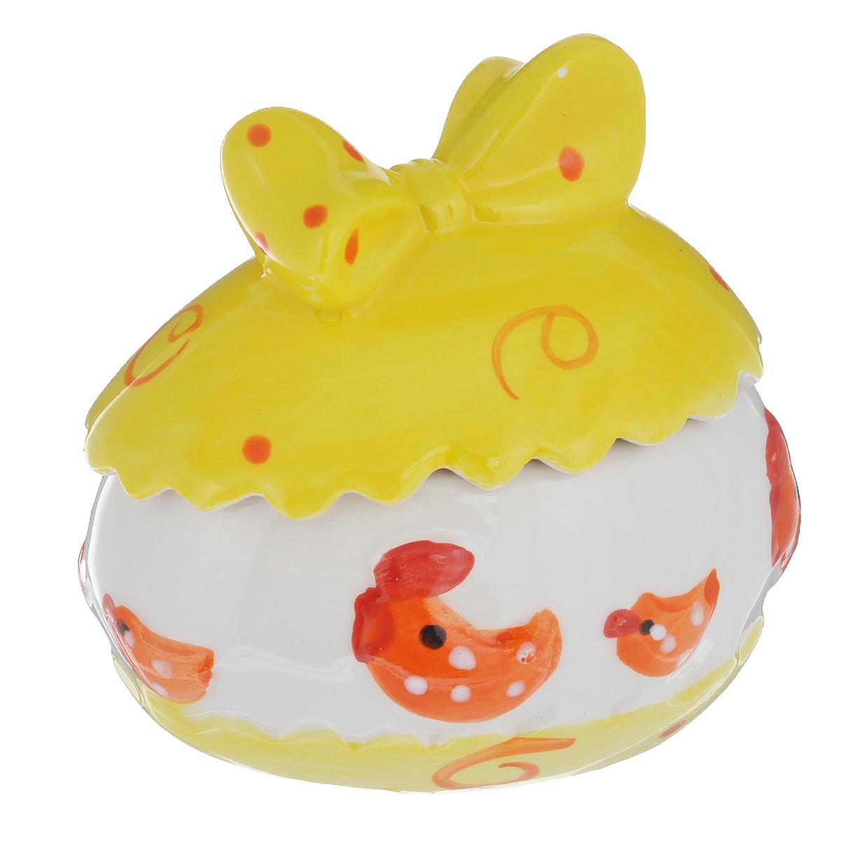 Шкатулка декоративная Home Queen Скорлупа, цвет: желтый, белый55271_2Шкатулка Home Queen Скорлупа изготовлена из керамики в виде яйца и украшена рельефным рисунком. Крышка шкатулки декорирована бантиком. Изящная шкатулка прекрасно подойдет для хранения пасхальных принадлежностей и аксессуаров, а также красиво украсит интерьер комнаты или станет приятным подарком. Размер (с учетом крышки): 8 см х 6 см х 8 см.