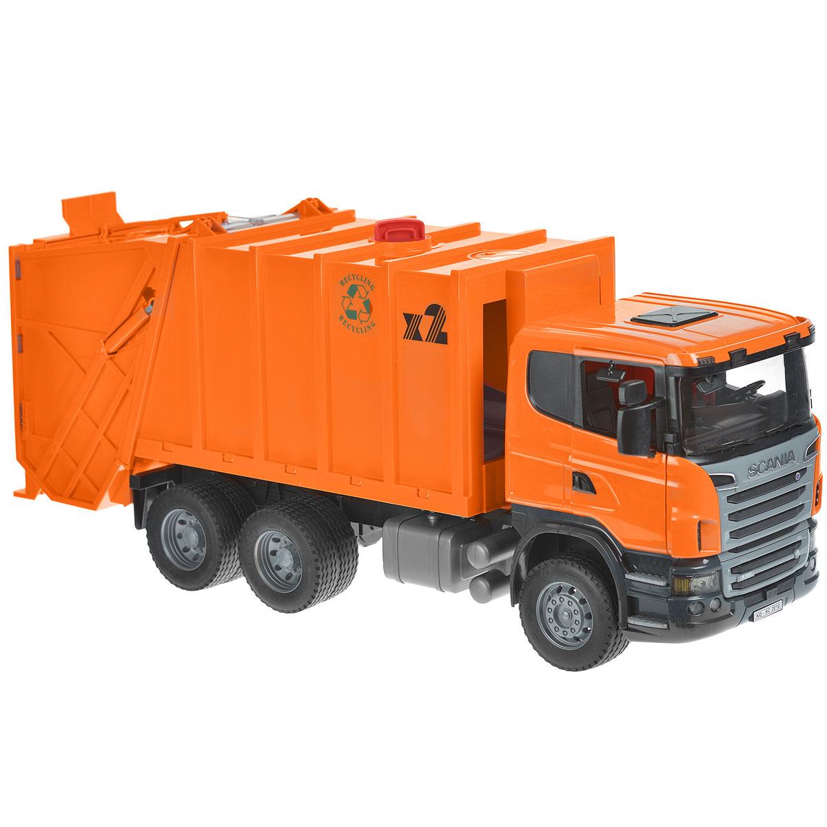 Bruder Мусоровоз Scania цвет оранжевый03-560Мусоровоз Bruder Scania, выполненный из прочного безопасного пластика оранжевого цвета, отлично подойдет ребенку для различных игр. Машина является уменьшенной копией мусоровоза фирмы Scania. Нет ничего удивительного в том, что это машина является одной из самых ведущих и продаваемых в этой серии грузовиков. С ее помощью можно убирать строительный мусор: перевозить камни, песок, ветки и другие грузы. Большое внимание уделено деталям: кабина водителя откидывается, имеет прозрачное ветровое стекло, изготовленное из небьющегося материала. Зеркала заднего вида можно сложить, а двери кабины открыть. Полный процесс погрузки и загрузки мусоровоза контролируется уникальным механизмом поворота рычага, мусорные баки можно также с легкостью очистить. Благодаря гибкой поддержки консоли та же самая процедура возможна и в самом контейнере для мусора. Процесс очищения очень прост: мусорные баки выталкиваются в опорную консоль, а затем мусор высыпается в основное корыто. Внутри контейнера есть...