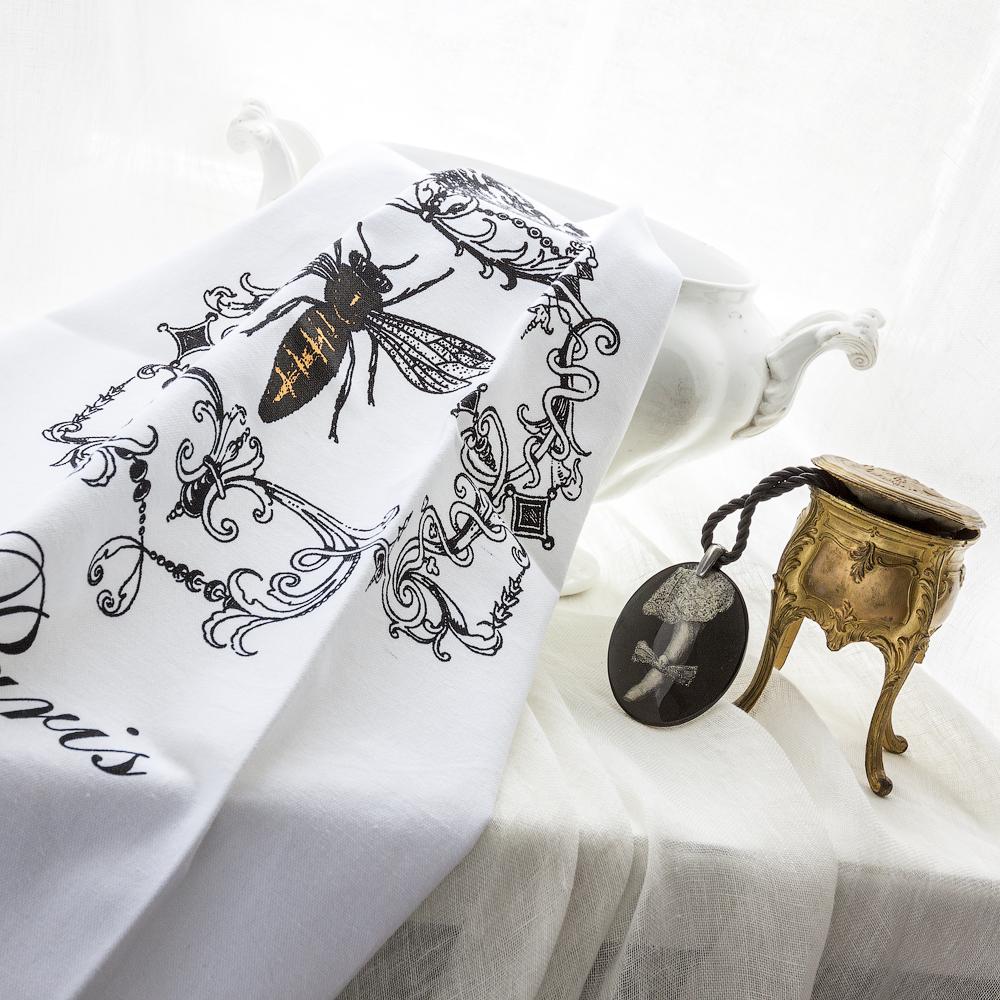 Полотенце для чайной церемонии Paris, 50 х 70 см83148Полотенце для чайной церемонии Paris - это повод для гордости любой хозяйки. В дизайн полотенца вовлечены символы королевской власти Франции - корона и имперская пчела. Изысканный, утонченный и немного винтажный дизайн полотенца отсылает нас в далекие времена, полные тайн и интриг. Яркий акцент желтого цвета символизирует солнце, тепло, весну и цветы. Также изделие декорировано надписью Paris. Полотенце изготовлено из 100% хлопка. Ткань выдерживает большое количество стирок. Стойкость красок надолго сохранит первозданный вид изделия. Чаепитие будет более душевным, если сервировать стол полотенцем для чайной церемонии Paris. Подарок особо оценят настоящие ценители истории чая, его сортов и способов приготовления.