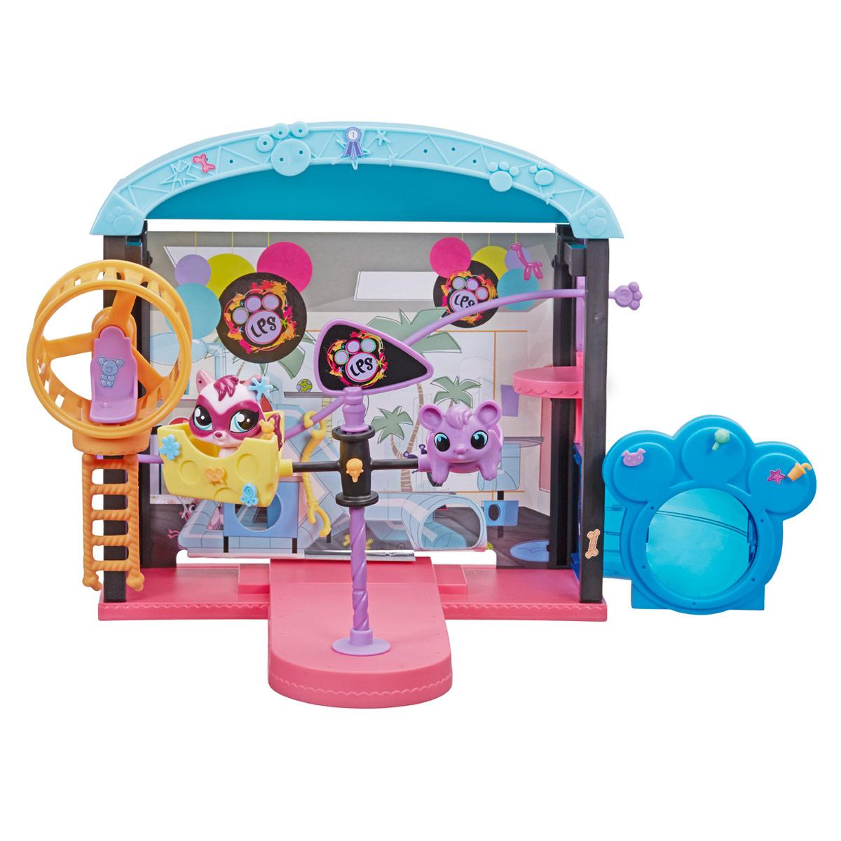 Littlest Pet Shop Игровой набор Веселый парк развлеченийB0249Игровой набор Littlest Pet Shop Веселый парк развлечений не оставит равнодушной вашу малышку! Набор включает в себя элементы для сборки парка развлечений, эксклюзивную фигурку питомца, а также множество наклеек и аксессуаров для декорации. Более 60 элементов! Все элементы набора выполнены из прочного пластика. Соберите настоящий парк развлечений для питомцев, и прокатите зверюшку на карусели, тарзанке, или в веселом вращающемся колесе. Ребенок сможет украсить парк развлечений по своему вкусу, при помощи множества разнообразных аксессуаров и наклеек. Играя с этим набором, ваша малышка прекрасно проведет время. Порадуйте ее таким замечательным подарком!