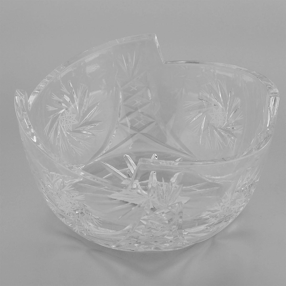 Салатник Neman, диаметр 18,7 см. 10026(900/125)-210026(900/125)-2Салатник Neman, выполненный из прочного высококачественного свинцового хрусталя, имеет круглую форму с заостренными краями и декорирован рельефным узором. Изделие излучает приятный блеск и издает мелодичный звон. Салатник сочетает в себе изысканный дизайн с максимальной функциональностью. Он прекрасно впишется в интерьер вашей кухни и станет достойным дополнением к кухонному инвентарю. Салатник не только украсит ваш кухонный стол и подчеркнет прекрасный вкус хозяйки, но и станет отличным подарком. Нельзя мыть в посудомоечной машине и использовать в микроволновой печи. Диаметр (по верхнему краю): 18,7 см. Диаметр основания: 11,5 см. Высота салатника: 9,5 см.