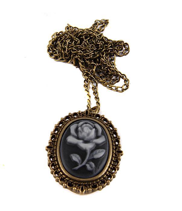 Часы-медальон Роза. Металл, кварцевый часовой механизм, имитация глиптики. Конец XX века02861_1Часы-медальон Роза. Металл, кварцевый часовой механизм, имитация глиптики. Западная Европа, конец XX века. Длина цепочки 78 см. Размеры медальона 3,5 х 2,5 см. Сохранность хорошая. Оригинальные часы-медальон Камея - стильный аксессуар с элементом функциональности. На крышке - имитация глиптики в виде цветка розы. Под камеей располагаются кварцевые часики с овальным циферблатом и тремя стрелками. Кулон-часы крепится на цепочку с карабиновой застежкой. Этот яркий и необычный аксессуар, несомненно, привлечет внимание и добавит вашему образу загадочности и индивидуальности.