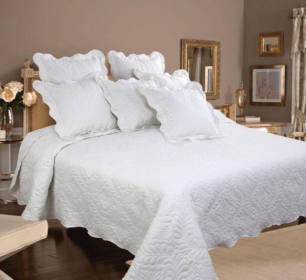 Комплект для спальни Mona Liza Royal White: покрывало 240 см х 260 см, 2 наволочки 40 см х 40 см, цвет: белый540961/01Изысканный комплект для спальни Mona Liza Royal White состоит их стеганого покрывала и двух наволочек. Комплект выполнен из высококачественного полиэстера, оформлен декоративной ниточной стежкой, фигурным низом и обработан кантом. Комплект Mona Liza Royal - это отличный способ придать спальне уют и привнести в интерьер что-то новое. В комплект входит: Покрывало - 1 шт. Размер: 240 см х 260 см. Наволочка - 2 шт. Размер: 40 см х 40 см.