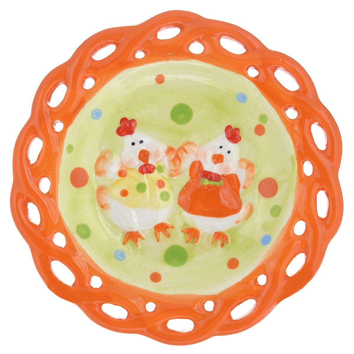Тарелка Home Queen Цыплята, цвет: желтый, оранжевый, диаметр 17 см46700_2Тарелка Home Queen Цыплята станет оригинальным украшением интерьера на Пасху. Изделие изготовлено из высококачественной керамики и декорировано перфорацией и рельефом в виде цыплят. Тарелка предназначена для подачи куличей и яиц. Такая тарелка станет красивым пасхальным подарком для друзей или близких. Диаметр тарелки: 17 см. Высота тарелки: 2,5 см.